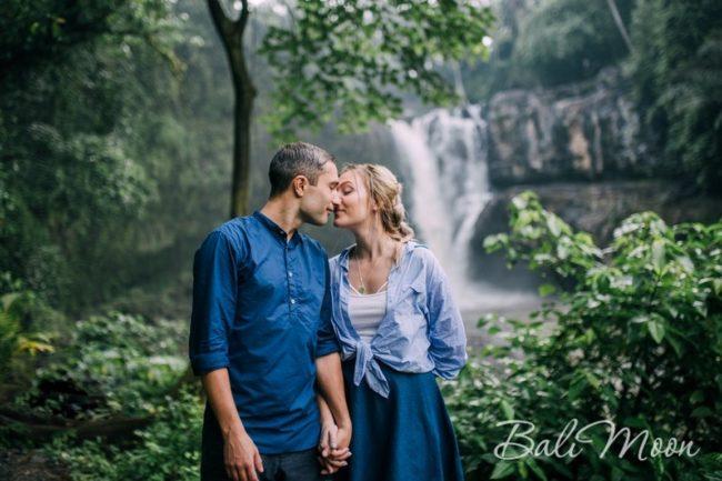 свадебное фото у водопада Бали