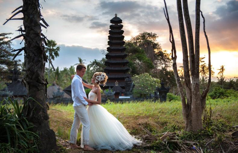 Свадебная фотосессия на фоне балийского храма
